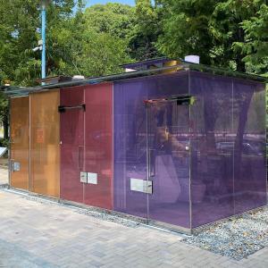 透明なトイレ!? いや、半透明かなぁ~~。