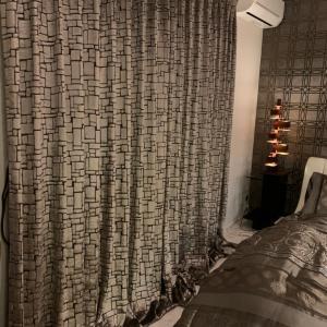 寝室には、ラグジュアリーなカーテンを。