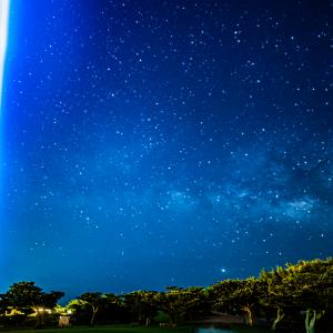 慰霊の日、平和の光の柱と天の川