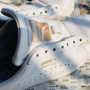 白いスニーカーとお財布ショルダーの共通点?