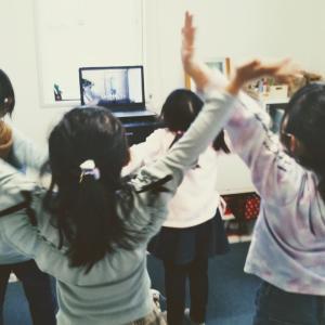 小学生クラスの歌とダンス