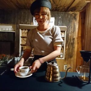 千葉県船橋市 カクヤコーヒースタンド2号店 「コーヒーを注ぐ女(バンビ)」2019年