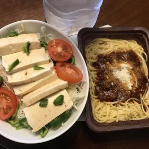 ランチは コンビニの冷凍パスタと豆腐サラダ
