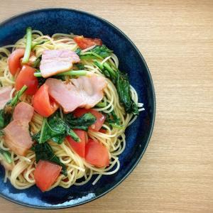 ルッコラ、トマト、厚切りベーコンのペペロンチーノ。