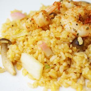 『海老のスパイシーソテーとレッドカレー風味の炒飯』