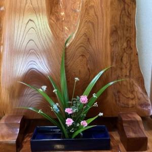バラ・ニラの花・しゃがの葉 いけばな・IKEBANA