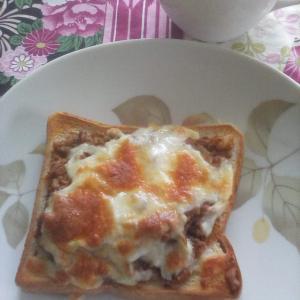ミートソースの残り物活用で、チーズトースト。