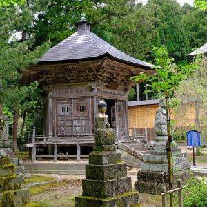 新緑と地蔵(国上寺)