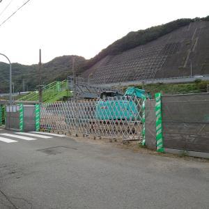 阪和線・山中渓駅の様子(2021.9.25)旧駅舎解体は完了。引き続き重機が駐車していました。