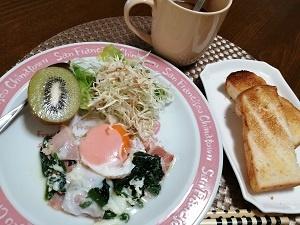 いつも変わらぬ朝飯に、ピンク系の器に変えて見た