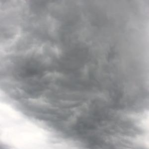 4-22;午後から妙な雲行きでした💦 そして きょうはよい夫婦の日(^^♪