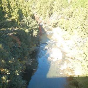 紅葉探しは渓流の近場と温泉