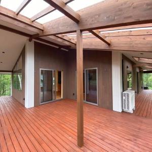 八ヶ岳田舎暮らし!2階のL型Deckが心地良い「MORISH森を見通す家」