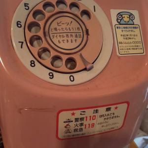 レトロなピンクの公衆電話