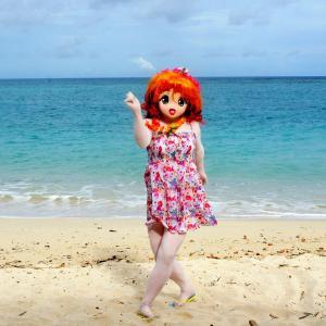 砂浜で写真撮ったら変なポーズになっちゃった[着ぐるみ撮影]/When I took a picture, she became a strange pose.