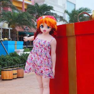 このプレゼントって開けていいの?[着ぐるみ動画]/Doll-Riko orbiting around the present box in American Village Okinawa