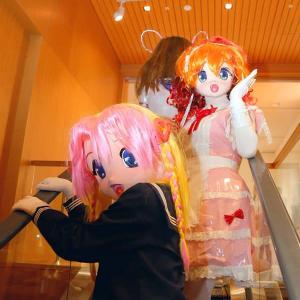 現代美術館 蜷川実花さん写真展の時の画像4 着ぐるみでエスカレーター/Mika Ninagawa's photo exhibition (kigurumi)4