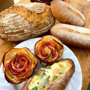 季節のリンゴを使った簡単カップケーキ  赤って華やか~「滋賀大津市パン教室」
