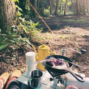 山の朝はベリーのココアパンケーキと濃いコーヒーで始まる