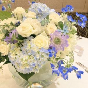 白とブルーの卓上花