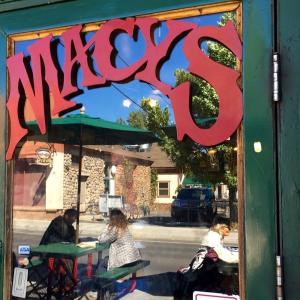 ヒッピーたちに会えるカフェ MACY'S  Flagg Staff