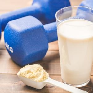運動をしないでプロテインを飲むと太るのか問題