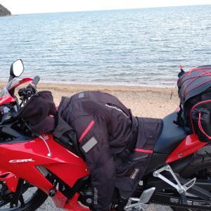 ぽかぽか陽気で海岸線をバイクでツーリング