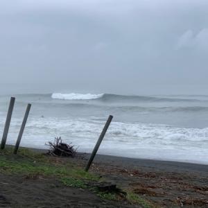 まだまだ波が続く湘南〜今日も冬に向けてたくさんの方が〜(えはっち)