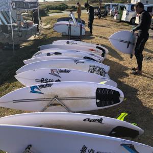 ジャスティスサーフボード新モデルでサーフィンを〜お休みの日はニコニコ笑顔で海に向かいましょ〜♪