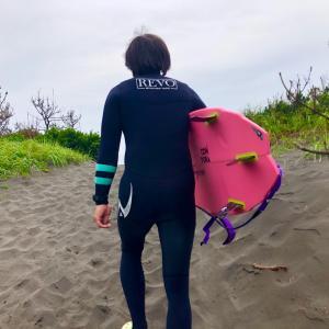 お休みの日には海に行ってサーフィンやるぞ〜例年より混雑しているから空いてるピークを探して〜♪