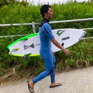 今日は天気よくグッドウェーブが届いて〜サーフショップに通う人はサーフィン上達するのが早いんだ〜♪