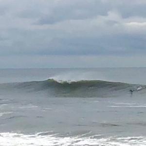 今日の波は最近で一番良い波でサーフィンを〜偶然にも仕事お休みのラッキーマンはニコニコ笑顔〜♪♪