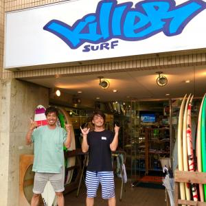 キラーサーフ湘南店はサーフィンやり過ぎの笑顔で〜隣のセブンイレブンで買ったスイーツを食べる〜♪