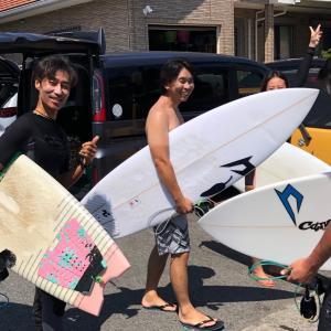 猛暑日でも元気バリバリのサーフィン還暦過ぎたーズ〜久しぶりの極上波に乗りまくり最高の笑顔です〜♪