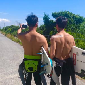 サーフィンTVの友吾プロと海輝プロが自撮りしながら〜波が良いのにカメラマンを頼まれる父ちゃん〜♪