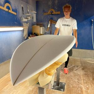 波ある週末からの月曜日の波も肩頭サイズでサーフィン〜ジャスティスサーフボードの工場で打合せを〜♪