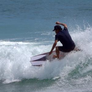 土曜日なのに空いてる海でサーフィンを〜個性あふれるデザインが賑わう工場で〜♪