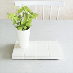 シンプルな白いタイルのディスプレイトレイ