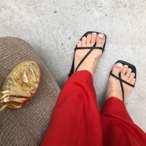 赤いパンツと華奢サンダル。。。