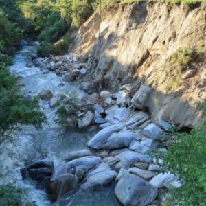 台風の爪痕残る山鶏滝