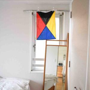 Z旗のある窓辺