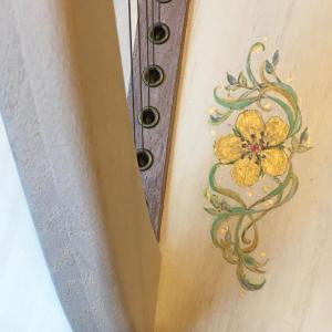 白いハープに金の花