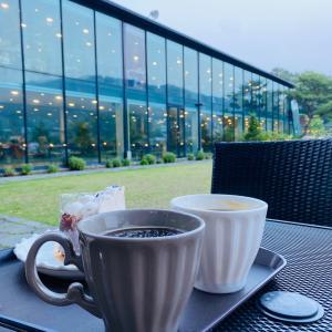 【京畿道・パジュ】一面ガラス窓の白いモダンな建物が美しい「FILLMOOD」