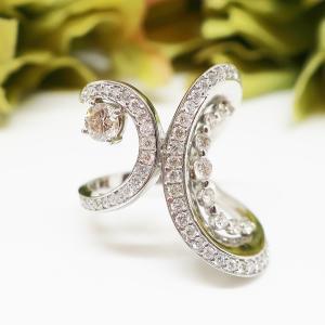 ファッション性の高いデザインが魅力のダイヤモンドリング
