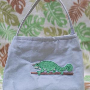 フィッシャーカメレオンの刺繍バッグ
