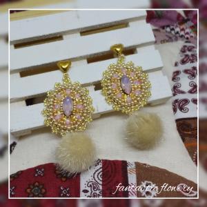 ビーズ刺繍のピアスとイヤリング