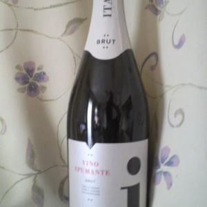 「VINO SPMANTE BRUT Creato in ITALIA(ヴィノ・スプマンテ・ブリュット・クレアート・イン・イタリア)」商品名は?と悩んだスパークリングワイン。