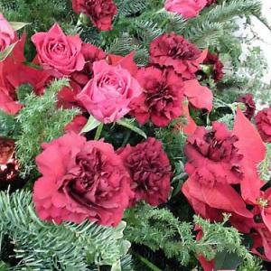 ロザリアン様必見!たくさんのバラの生花が施された素敵なクリスマスツリー♪