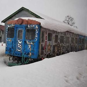 津軽鉄道 嘉瀬駅のキャンパス列車