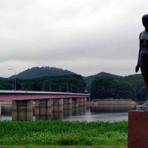繋大橋に佇むシオン像